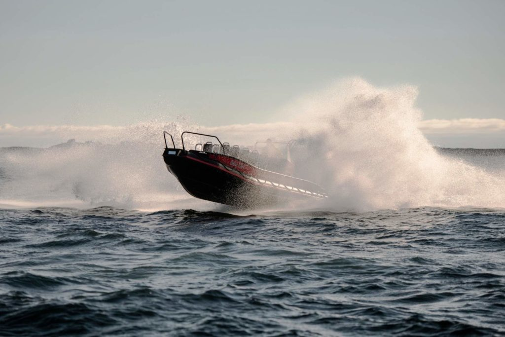 Image of evoy1 electric boat with big water spray