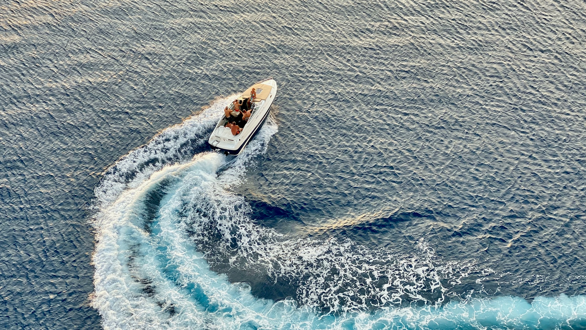 image of a speed boat turning